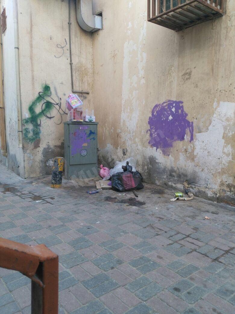 في بعض شوارع المنيزلة أوساخ تُرمى عشوائيًا من قبل بعض السكان