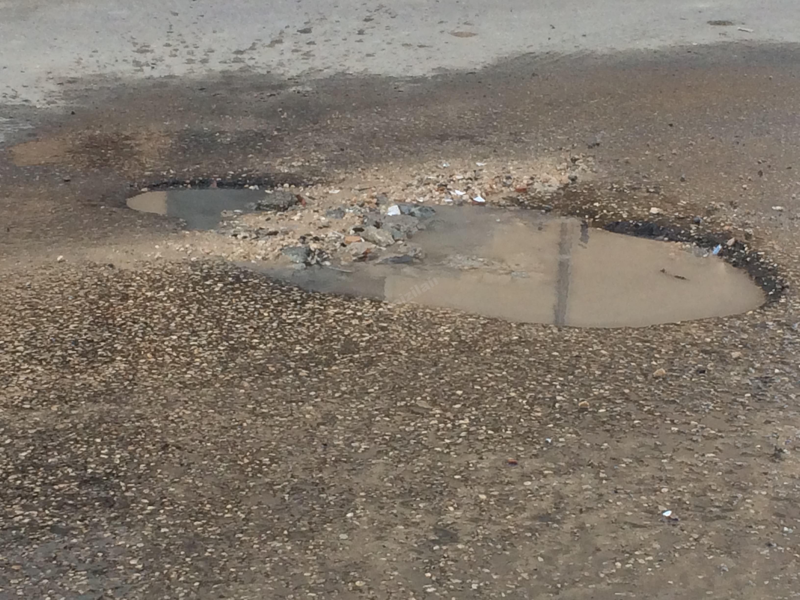 مشكلة تسريب مياه أزلية في أحد أحياء المنيزلة