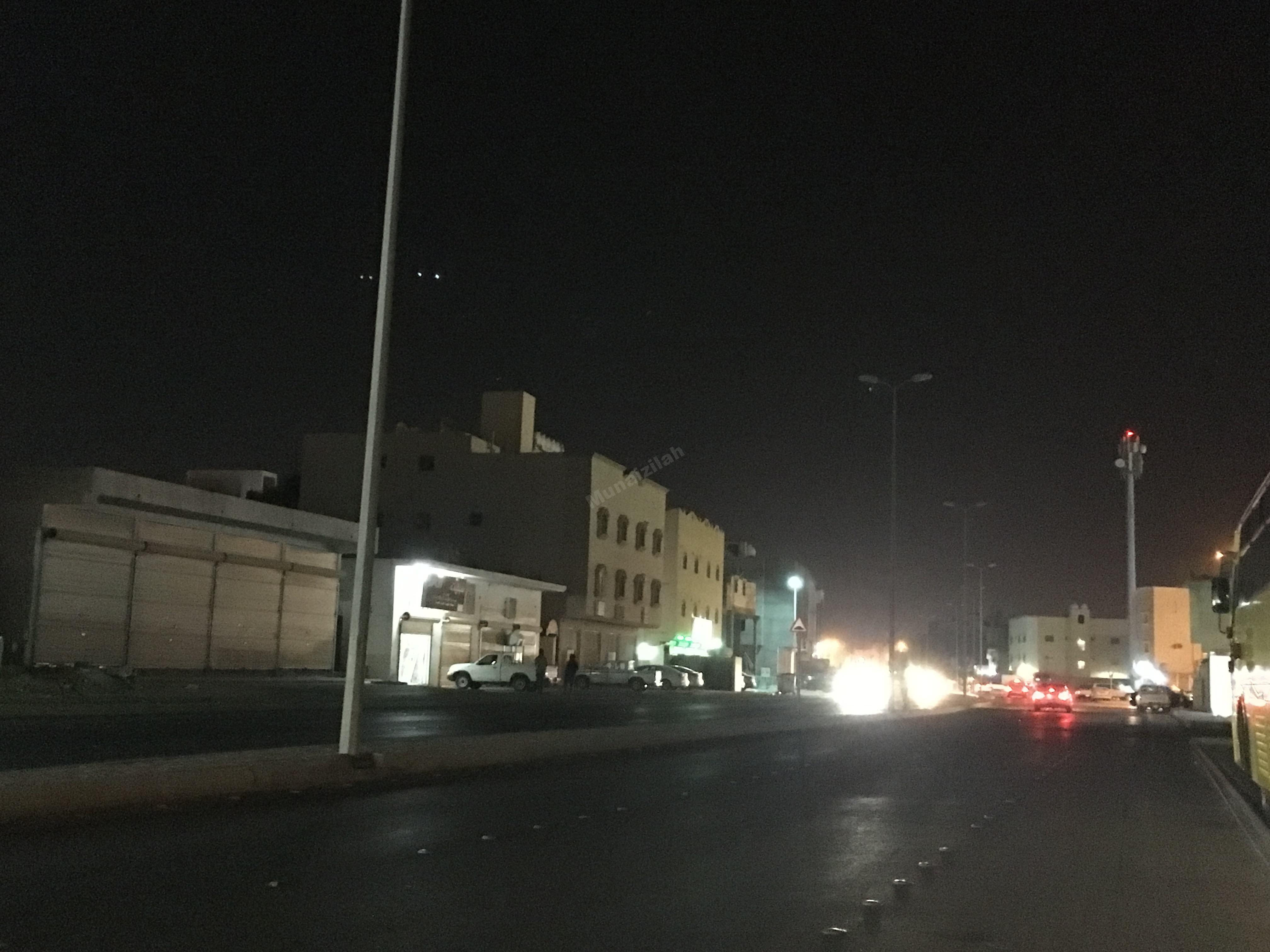 ظلام في أحد الشوارع المهمة بالمنيزلة يمتد ليشمل حيّاً كاملاً