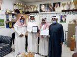مؤسسة النخبة تكرم أكاديمية المنيزلة الرياضية وتعقد معها شراكة مجتمعية