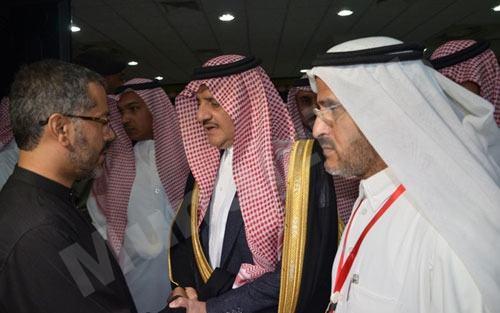 جاسم المشروف وبجانبه امير الشرقية اثناء تقديم العزاء لشهداء الدالوة