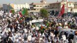 """بالصور.. عشرات الآلاف يشيعون """"حماة الصلاة"""" الى مقبرة الشهداء"""